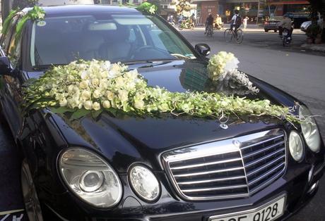 Mẫu xe hoa cưới dùng hoa hồng trắng