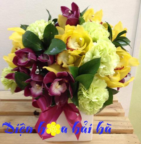 Bình hoa địa lan và cẩm chướng