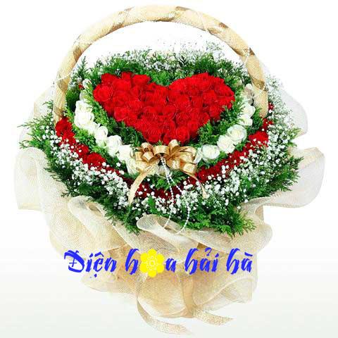 Giỏ hoa hồng hình tim
