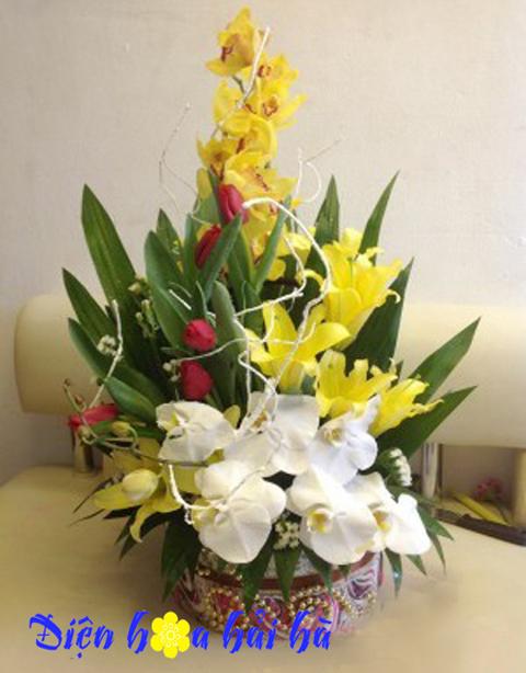 Giỏ hoa lan và hoa ly