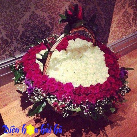 Giỏ hoa trái tim hoa hồng đỏ và hoa hồng trắng