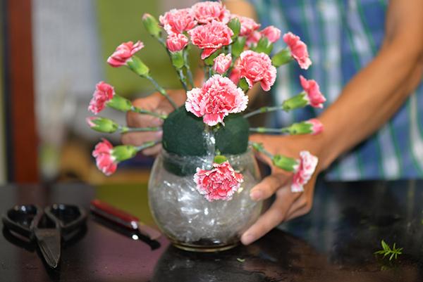 Hướng dẫn cắm bình hoa tặng mẹ 2