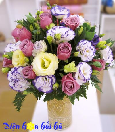 Bình hoa cát tường và hồng tím
