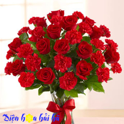 Bình hoa hồng đỏ và cẩm chướng đỏ