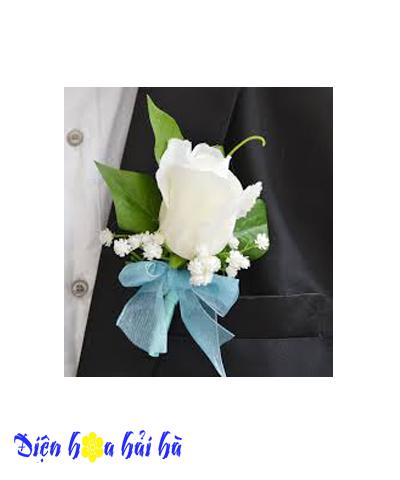 Hoa cài áo bằng hoa hồng trắng