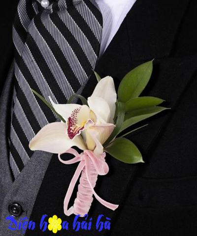 Hoa cài áo chú rể bằng hoa địa lan