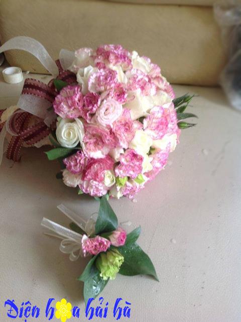 Hoa cưới bằng hoa cát tường và hồng trắng