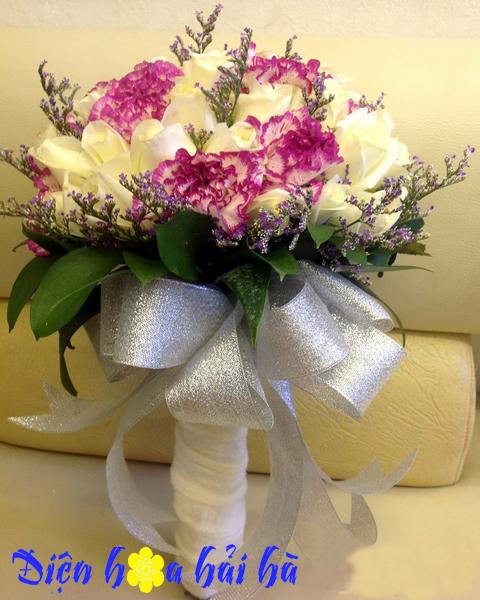 Hoa cưới bằng hồng trắng và cẩm chướng
