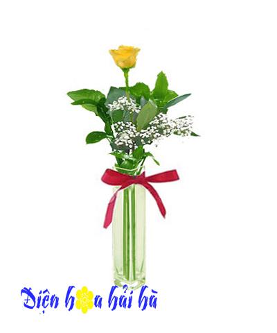 Bình hoa hồng vàng đơn giản