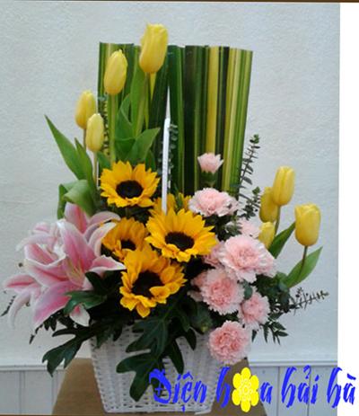 Giỏ hoa hướng dương và hoa tulip