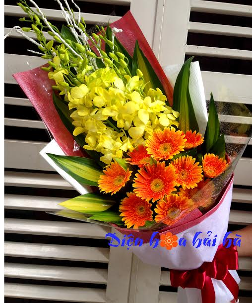 Bó hoa lan vàng và đồng tiền