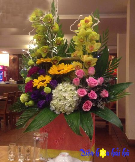 Giỏ hoa chúc mừng bằng hoa địa lan