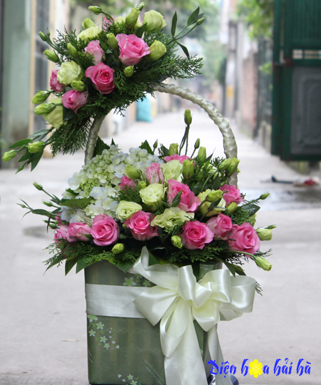 Giỏ hoa chúc mừng bằng hoa hồng sen