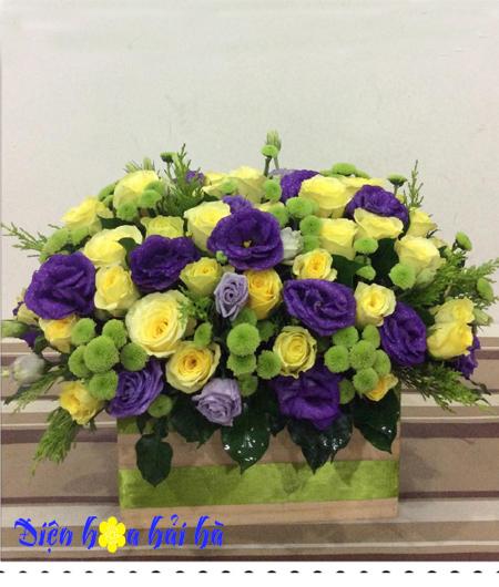 Giỏ hoa hồng và hoa cát tường tím