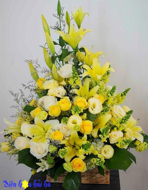 Giỏ hoa hồng vàng ly vàng