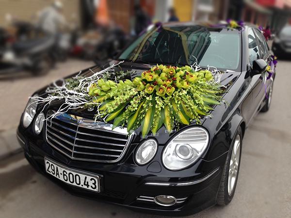 Mẫu trang trí xe hoa cô dâu bằng hoa địa lan xanh