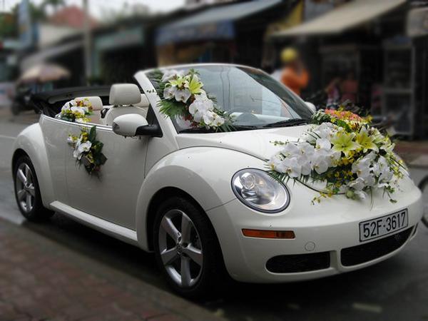 Mẫu trang trí xe hoa cô dâu mui trần