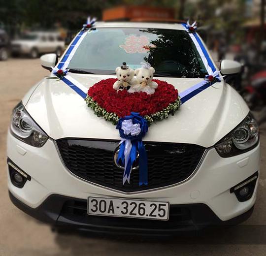 Mẫu trang trí xe đám cưới hình trái tim