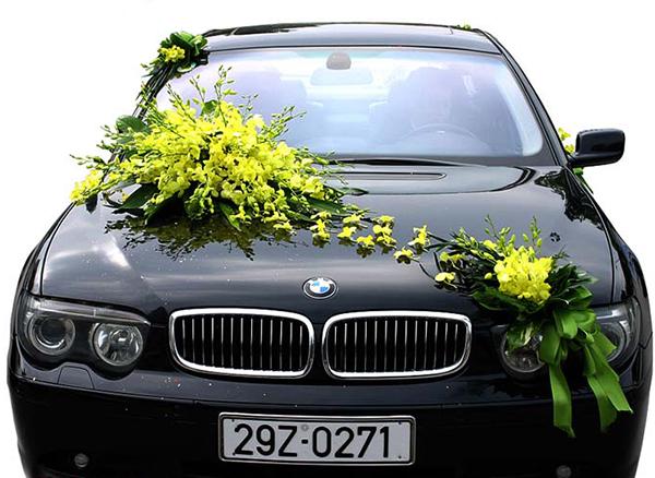 Mẫu xe hoa cô dâu hoa lan vàng