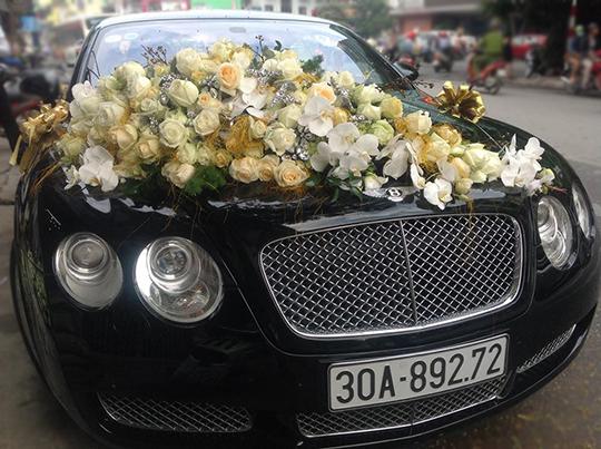 Trang trí hoa xe cưới bằng hoa hồ điệp và hoa hồng kem