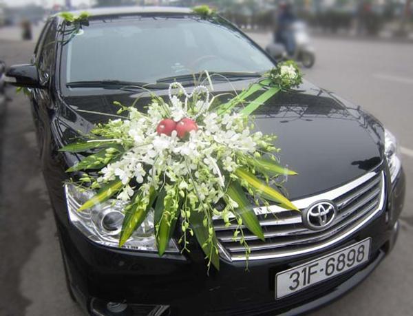 Trang trí hoa xe cưới hoa lan trắng