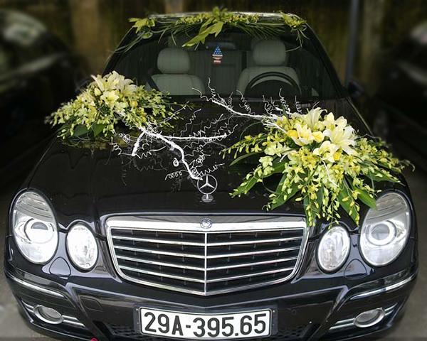 Xe hoa ngày cưới bằng lan vàng ly vàng