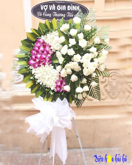 Vòng hoa chia buồn lan tím trắng đan xen