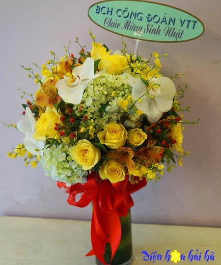 Bình hoa chúc mừng 20/10 hồng vàng hồ điệp