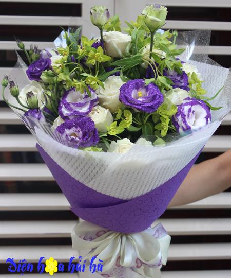 Bó hoa tặng ngày 8/3 hoa hồng trắng cát tường tím
