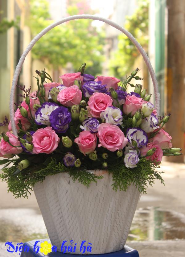 Giỏ hoa hồng cánh sen và hoa cát tường tím tặng ngày của mẹ