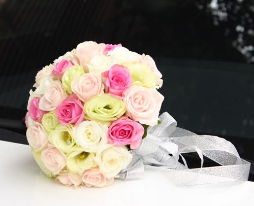 Bó hoa cưới cầm tay cô dâu nhẹ nhàng