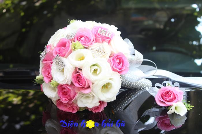 Bó hoa cưới cầm tay cô dâu hồng cánh sen và cát tường trắng