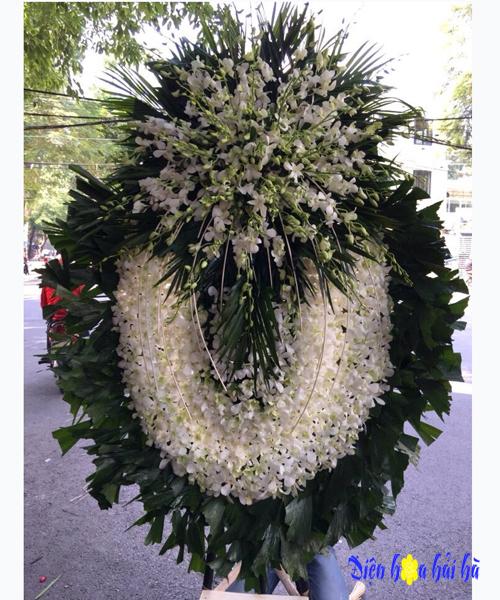 Vòng hoa viếng đám tang cho người trẻ tuổi lan trắng