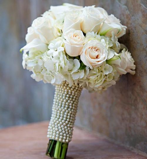 Bó hoa cầm tay cô dâu giá rẻ hoa hồng trắng