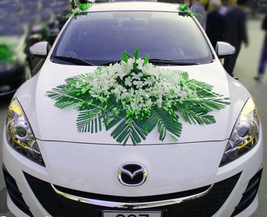 Kết xe hoa cưới bằng hoa lan trắng