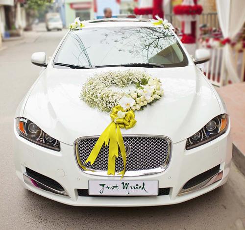 Mẫu trang trí xe hoa cưới đẹp bằng hoa baby trắng