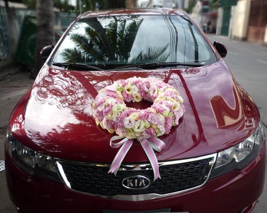 Trang trí xe hoa cưới bằng hoa cát tường