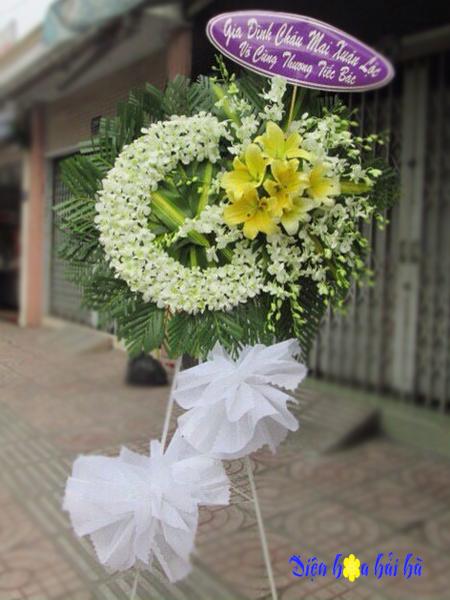 Đặt vòng hoa phúng điếu lan trắng ly vàng