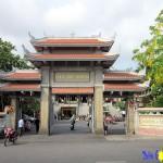 Đặt vòng hoa viếng đám tang gần Chùa Vĩnh Nghiêm trên Đường Nam Kỳ Khởi Nghĩa Quận 3