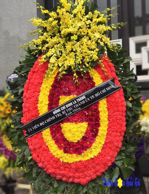 Vòng hoa tang lễ tại Hà Nội có chùm lan vàng