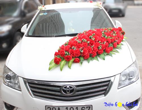 Hoa giả trang trí xe cưới bằng hoa hồng đỏ kèm baby trắng
