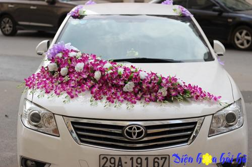 Mua hoa giả trang trí xe cưới hoa lan tím