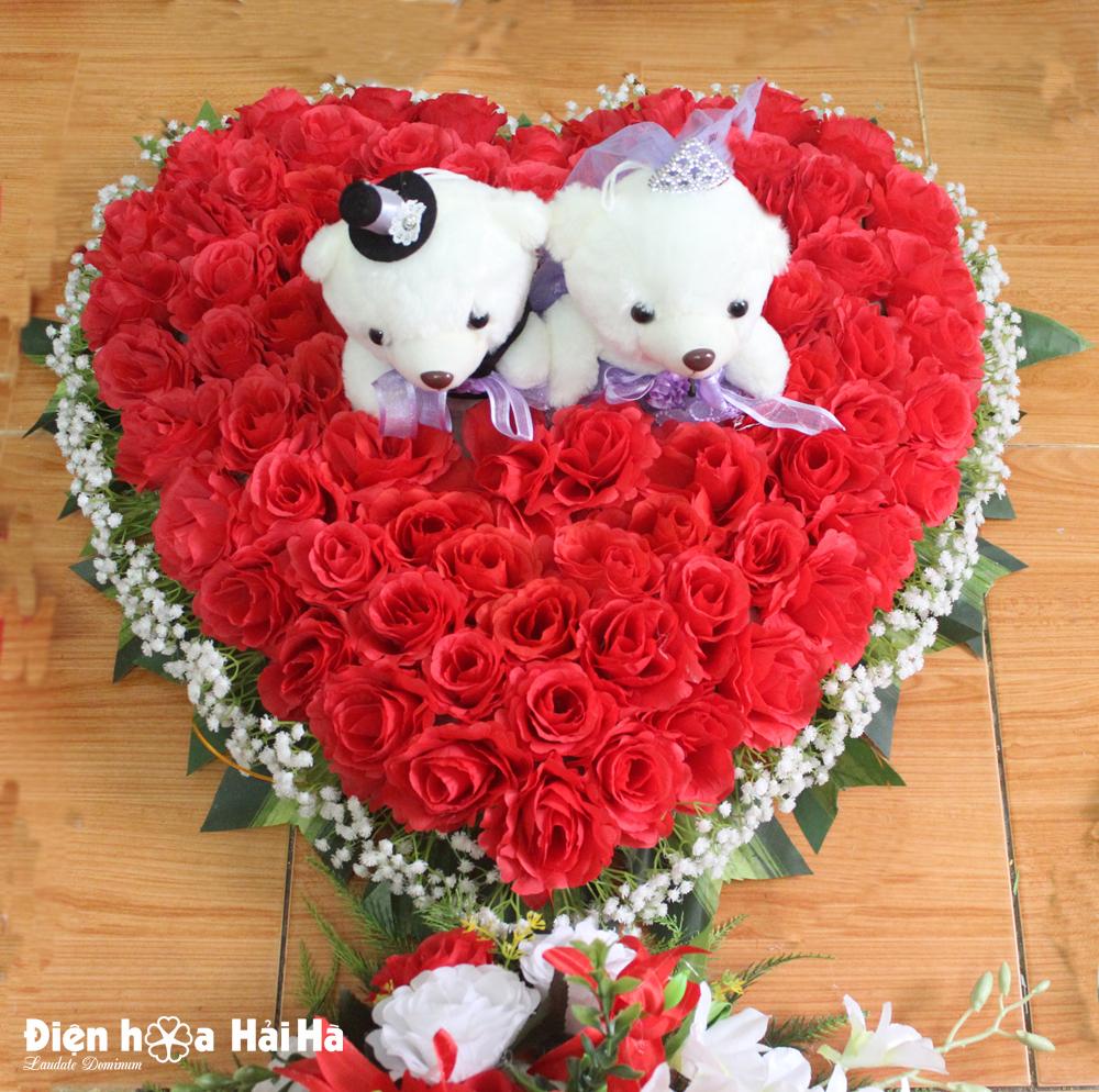 Hoa giả gắn xe cưới hình trái tim hồng đỏ kèm gấu