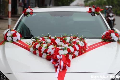 Hoa giả kết xe cưới hình trái tim hồng đỏ trắng