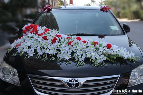 Hoa lụa trang trí xe cưới bằng hoa lan trắng