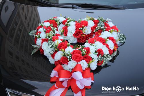 Mua hoa vải trang trí xe hoa cưới hình trái tim hồng đỏ hồng trắng