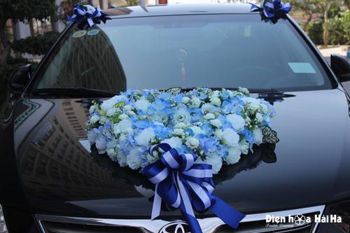 Trang trí xe cô dâu bằng hoa vải tông trắng xanh
