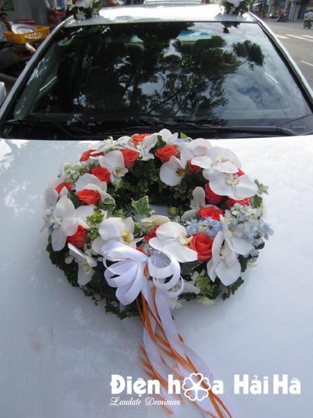 Mẫu xe hoa cưới 2018 hồng cam và hồ điệp trắng