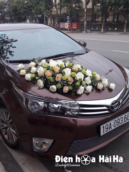 Mẫu hoa xe cưới 2018 hoa hồng kem và hồng trắng