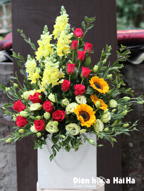 Giỏ hoa tặng ngày 8/3 hồng đỏ phi yến vàng